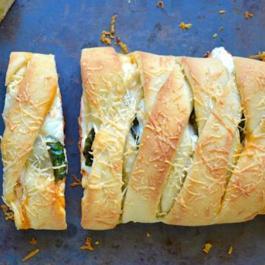 Cousin de la pizza et du Calzone, ce STROMBOLI de poulet au fromage est super FACILE à faire!