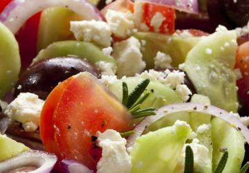 On l'adore... Voici une salade grecque facile et tellement savoureuse