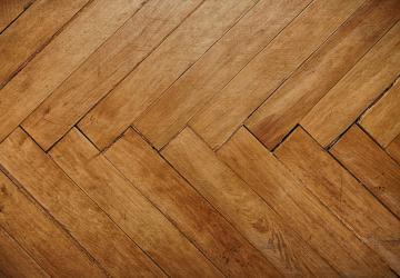 Le produit qu'elle utilise pour arrêter son plancher de bois de CRAQUER vous surprendra!