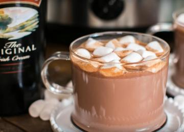 De bons morceaux de chocolat et de la crème irlandaise... Le chocolat chaud parfait pour une soirée d'hiver.!