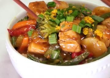 Vous aimez les saveurs asiatiques? Ce sauté de poulet épicé à l'orange a effectivement TOUT pour PLAIRE!
