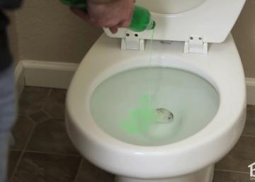 Une façon ÉTONNANTE d'utiliser le savon à vaisselle! Et non, ce n'est PAS pour la nettoyer...