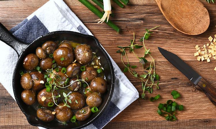CHAMPIGNONS rôtis à l'ail et au vinaigre BALSAMIQUE... Ces 3 ingrédients est le MARIAGE parfait!