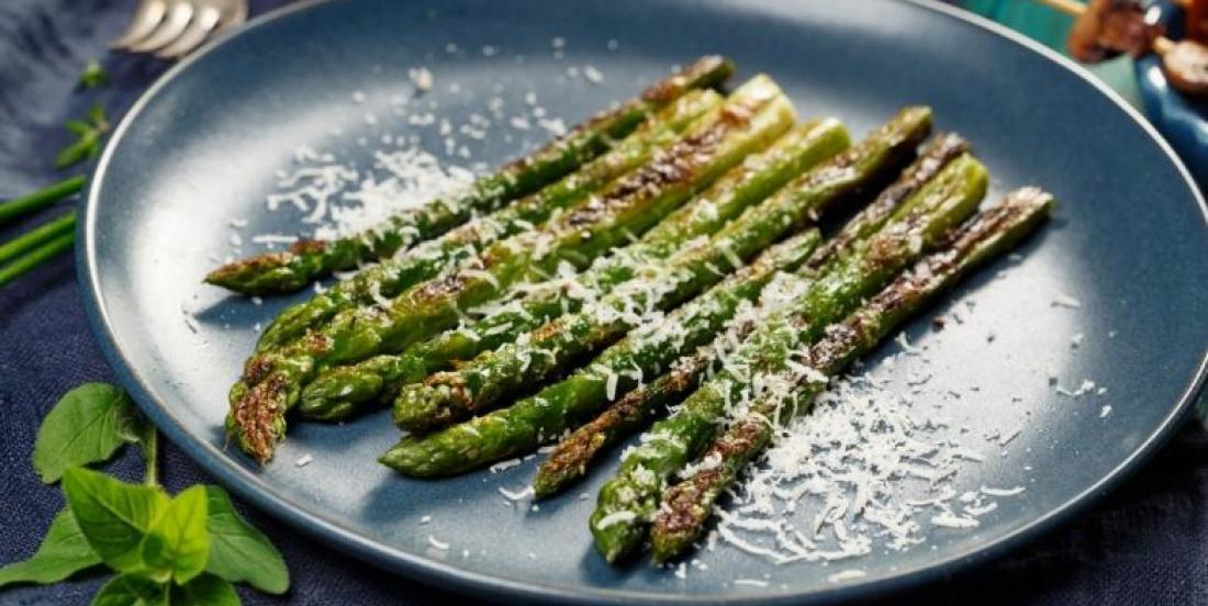Asperges grillées et parmesan préparées en une dizaine de minutes