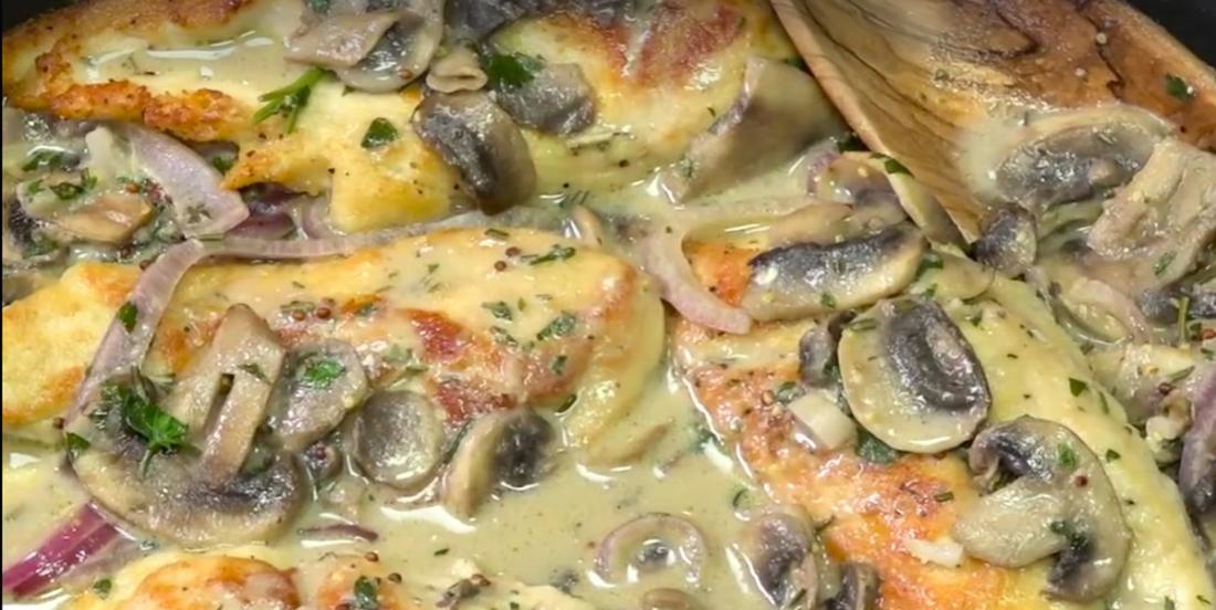 Une merveille culinaire! Les poitrines de poulet, sauce crémeuse aux champignons et Dijon