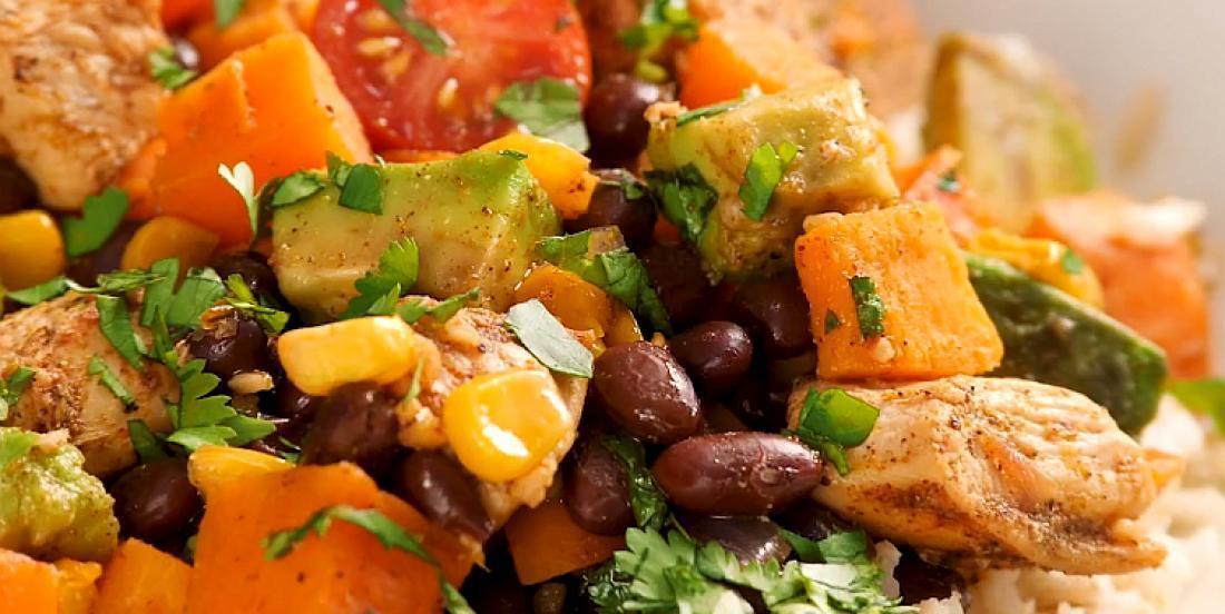 Casserole de poulet à la mexicaine accompagné de patates douces et de haricots noirs