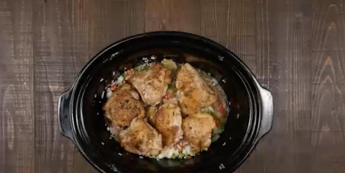 Dans la mijoteuse, elle place des cuisses de poulet afin de créer un repas dont toute la famille raffole