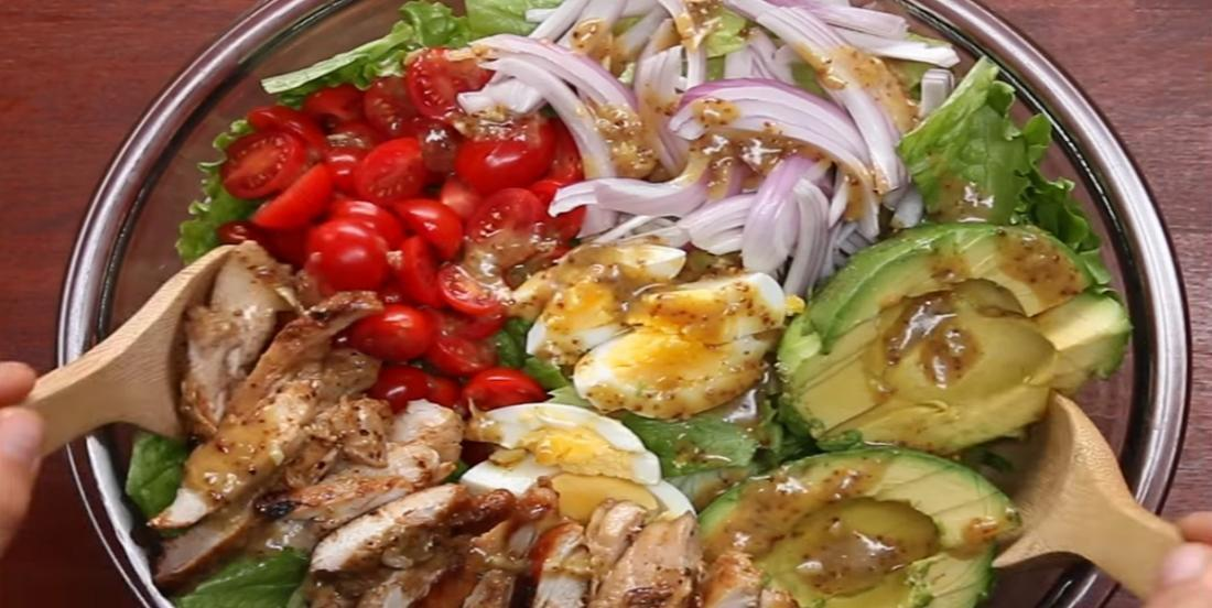 Tout ce que vous aimez dans une seule et même salade! Avocat, bacon et poulet miel et moutarde...