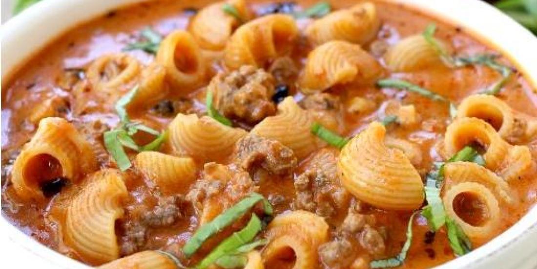 """Repas """"JETTES TOUT dans la casserole""""! Soupe généreuse de boeuf, tomates et PÂTES... Miam!"""