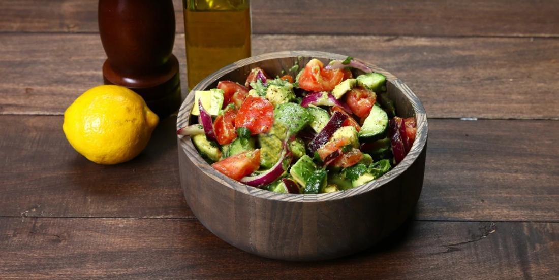 Laissez-vous charmer pour cette salade d'avocat, de concombre et de tomates... elle est INCROYABLEMENT délicieuse!