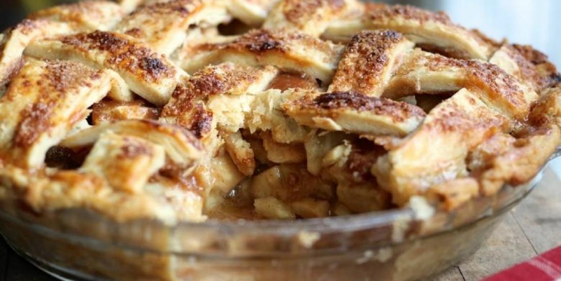 Une simple tarte aux pommes au caramel peut facilement voler la vedette !