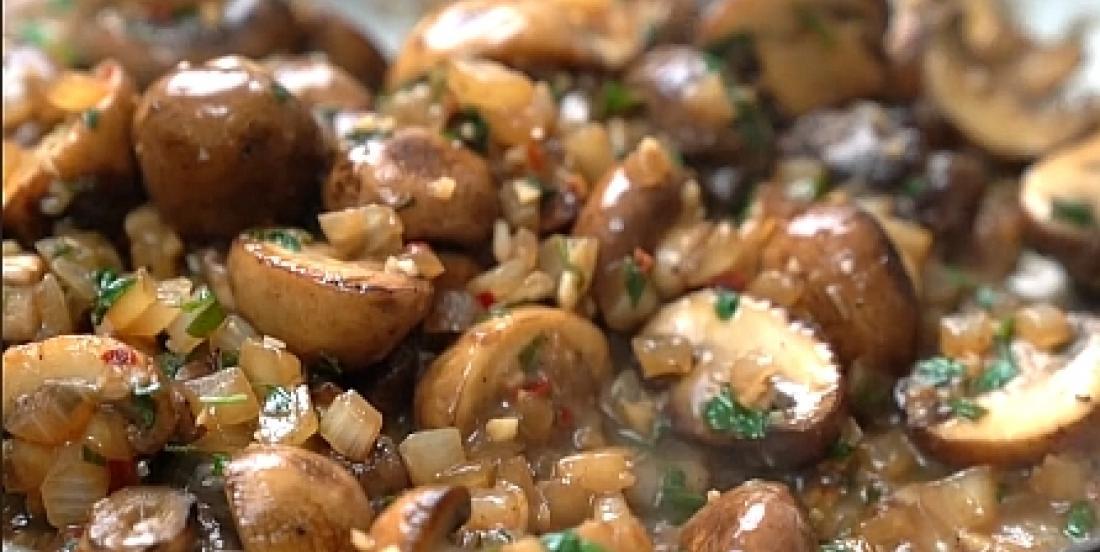 Champignons sautés à la sauce au vin blanc et à l'ail, un accompagnement prêt en 20 minutes