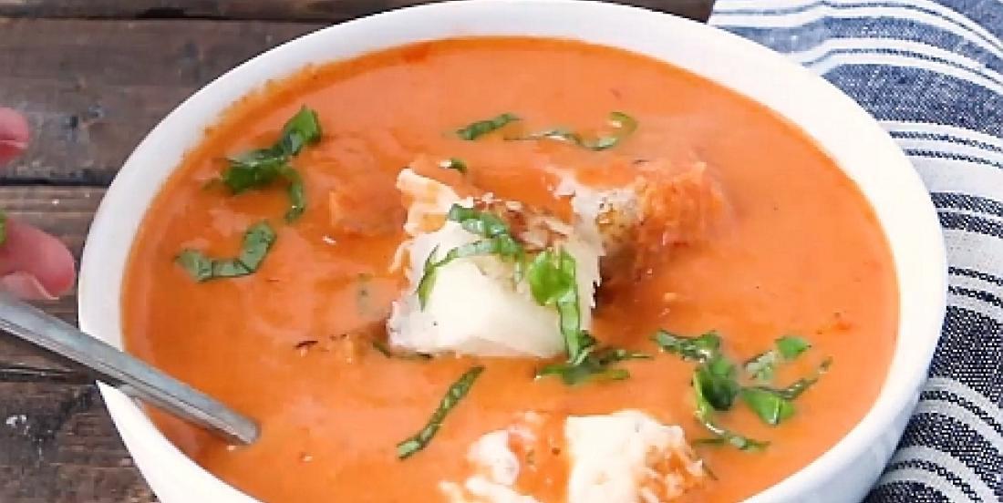 Potage aux tomates rôties avec mini bouchées de pain au fromage grillé