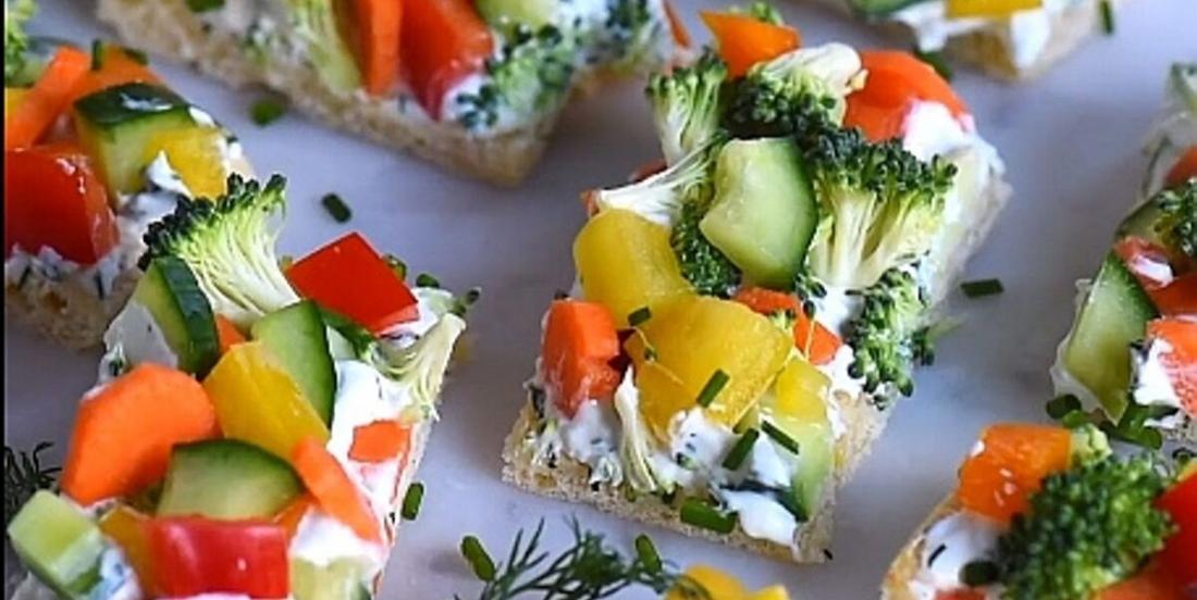 Bouchées colorées de pâte à croissant aux légumes frais