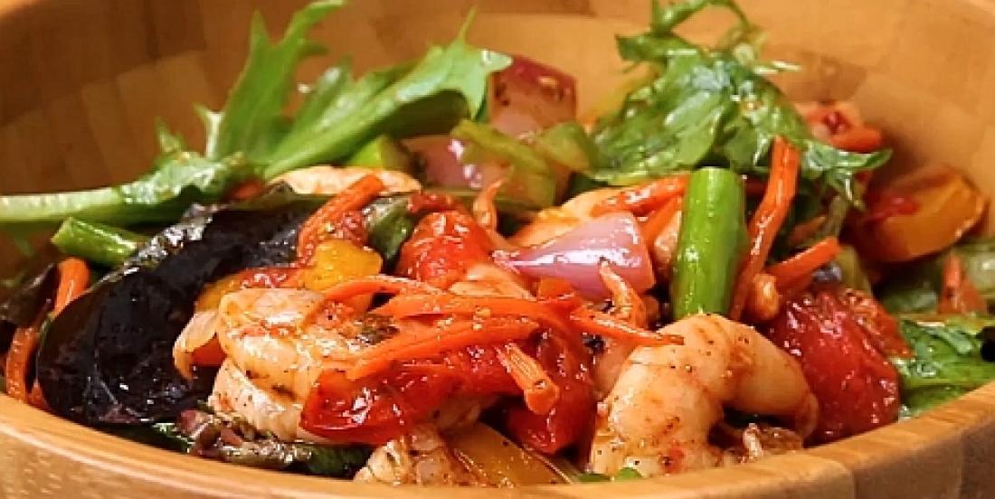Salade de légumes et crevettes rôtis au four et vinaigrette chili-lime faite maison
