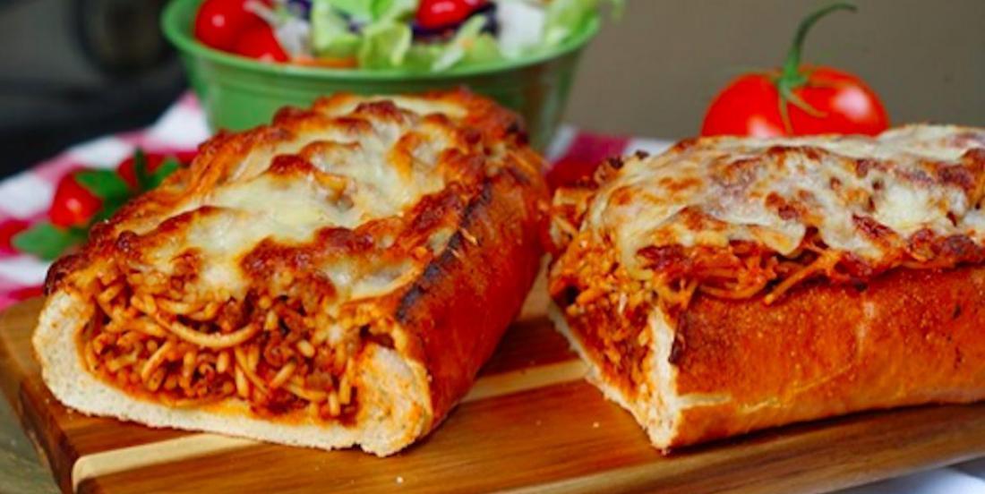 Top bouffe-réconfort: du pain à l'ail farci au spaghetti!