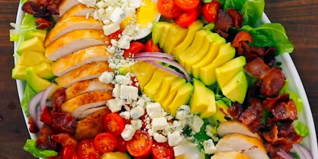 Une recette facile et complète: salade Cobb avec savoureuse vinaigrette!