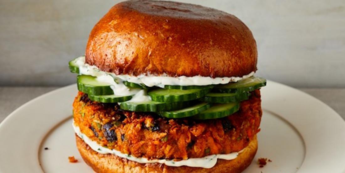 Délice végétarien: ce burger à la patate douce convaincra même les plus carnivores!