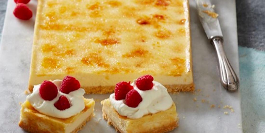 Découvrez le meilleur de deux mondes avec ce gâteau au fromage à la crème brûlée!