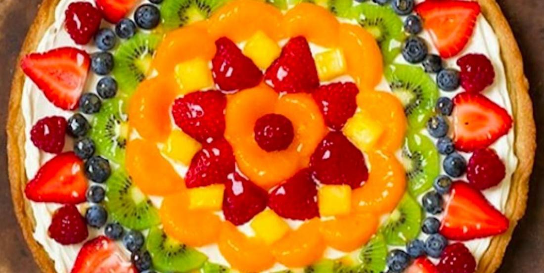 Un dessert coloré facile à réaliser: une pizza aux fruits!