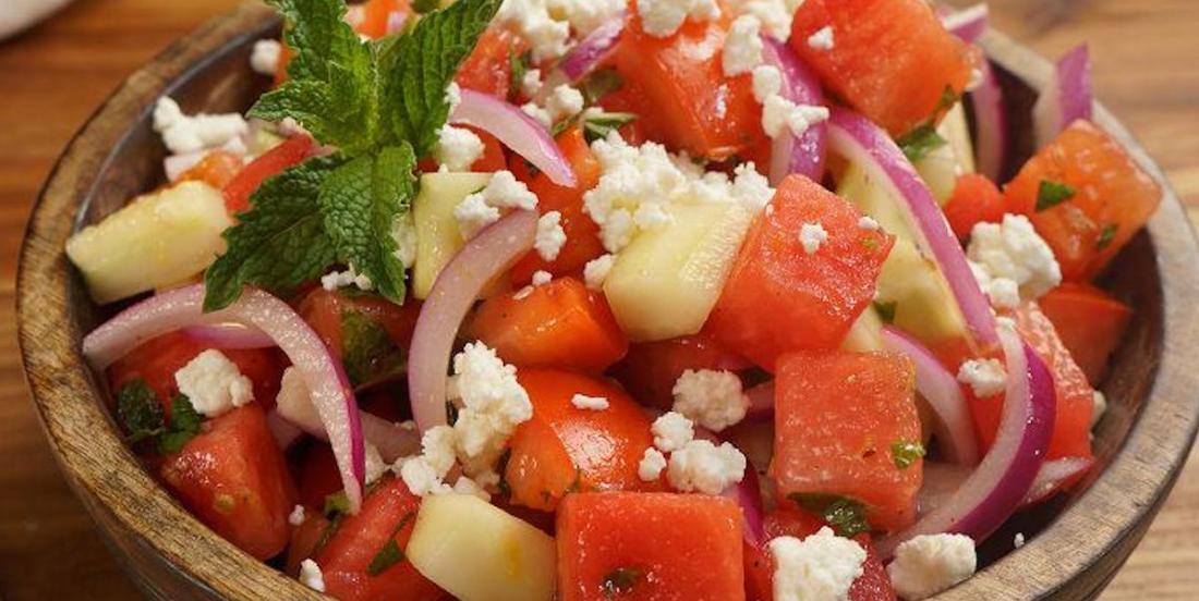 La recette parfaite pour célébrer l'arrivée du beau temps: une salade de melon d'eau à la grecque avec feta et menthe!