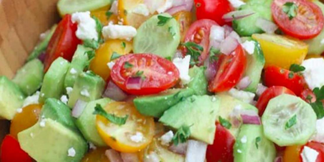 Un incontournable de l'été: la salade de tomates, concombre et avocat