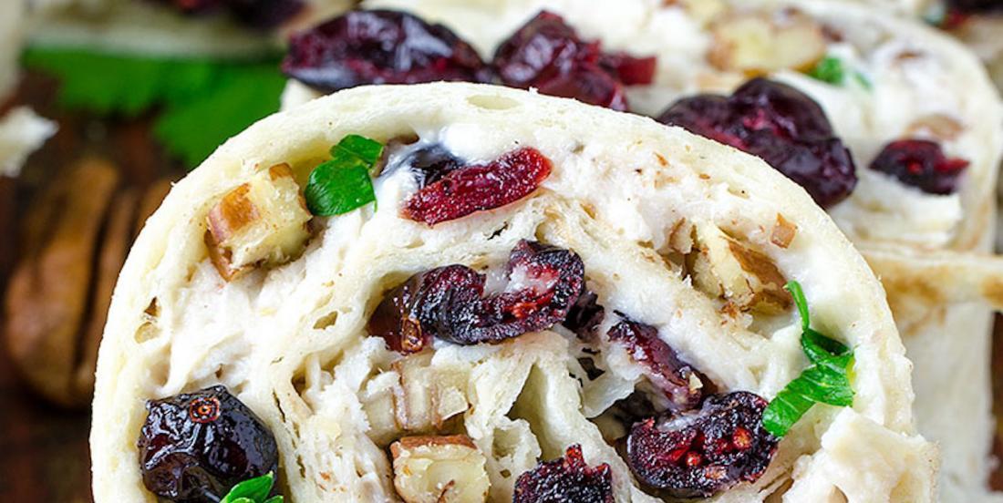 Un peu de changement pour le lunch: un wrap de salade de poulet, canneberges et pacanes
