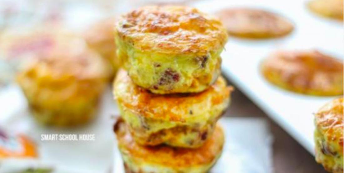 Petit-déjeuner complet dans un moule à muffins