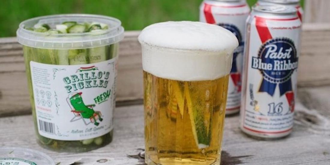 Voici pourquoi vous voudrez peut-être essayer de mettre des cornichons dans de la bière légère et bon marché