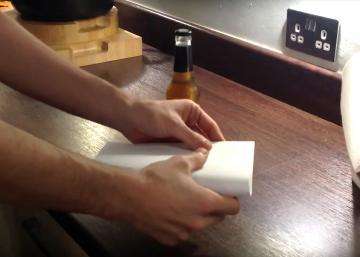 Comment décapsuler une bouteille de bière avec une feuille de papier