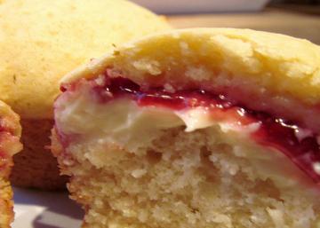 Laissez-vous charmer pour ce muffin au fromage et la confiture de framboise!