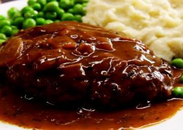 Cuisinez-le à l'ancienne! Voici le bon vieux hamburger steak aux oignons caramélisés