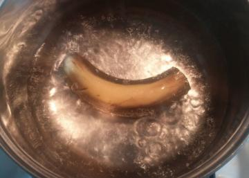 Chaque soir elle fait bouillir une banane... et elle a une très bonne raison de le faire...