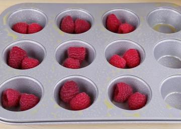 En utilisant seulement trois ingrédients, elle crée un muffin délicieux qui vous mettra l'eau à la bouche