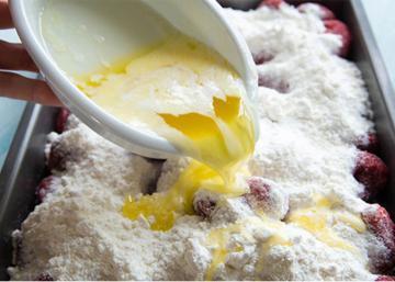 Elle verse du beurre fondu sur les fraises. Le résultat... un gâteau aussi joli que délicieux!