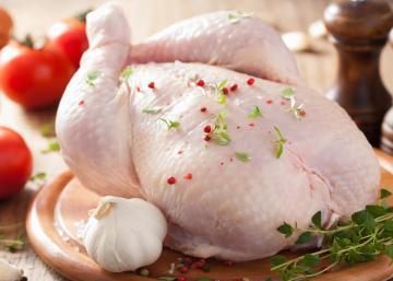 Doit-on rincer le poulet cru?