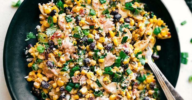 Cette salade de pâtes est remplie de bons ingrédients: le maïs grillé fait toute la différence!