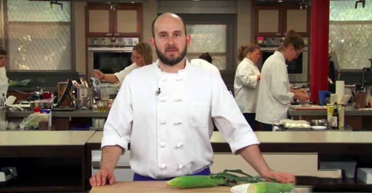 La technique de ce Chef est inouïe: vous épluchez et cuisez vos épis de maïs en même temps!