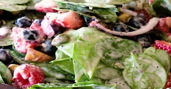 Une salade d'épinards et de petits fruits avec une vinaigrette maison au yogourt aux fraises, épatante!