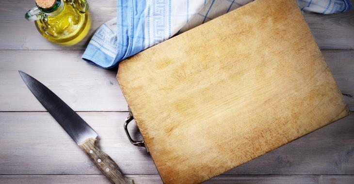 """""""Out"""" les bactéries sur votre planche à découper! Voici la meilleure façon de la laver..."""