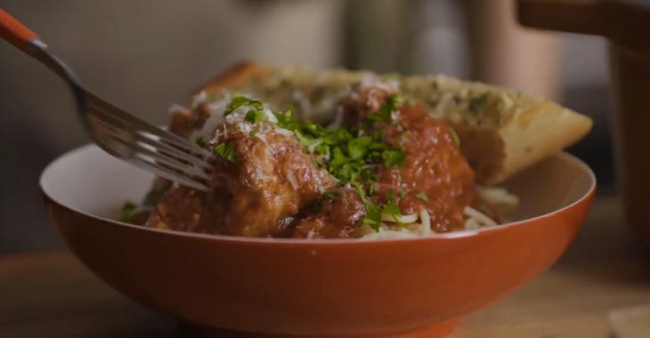 Boulettes de viandes moelleuses dans une sauce tomate simple et savoureuse