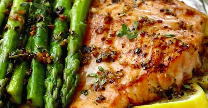 Succulent saumon aux herbes avec asperges, cuits en papillotes