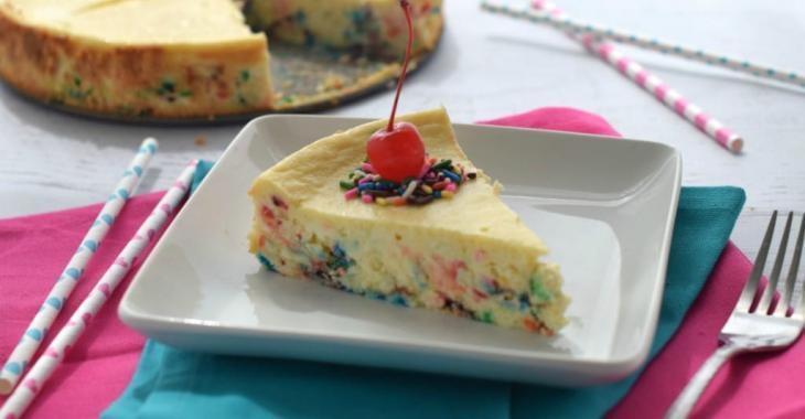Cheesecake coloré au mélange à gâteau... réalisé sans mélange à gâteau!