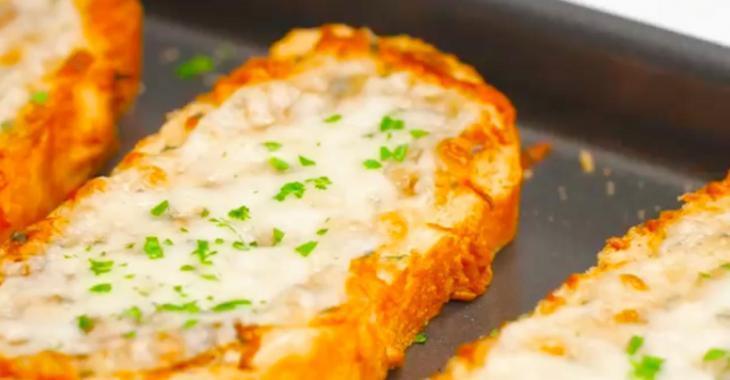 Voici la recette que vous cherchiez depuis longtemps: le meilleur pain à l'ail fromagé de l'univers!