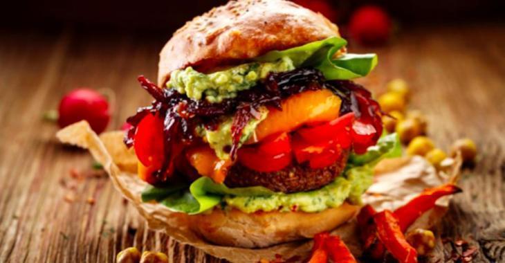 Fabuleux burgers aux patates douces panées, à l'avocat et aux oignons caramélisés!