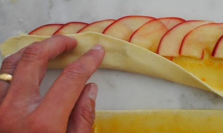 C'est pour obtenir un joli et délicieux dessert qu'elle place ces pommes de cette façon !