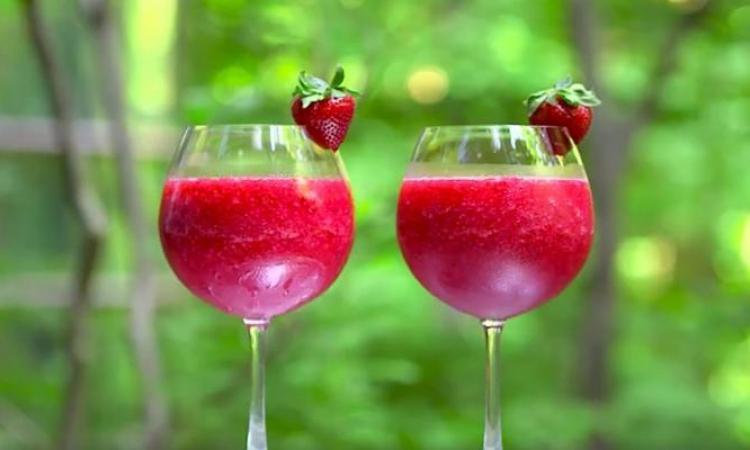 Cocktail de filles...Vin rosé et fraises