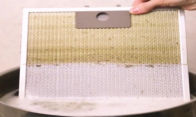 Filtres de hotte de poêle GRAISSEUX! On a la MÉTHODE MIRACULEUSE de nettoyage pour vous!