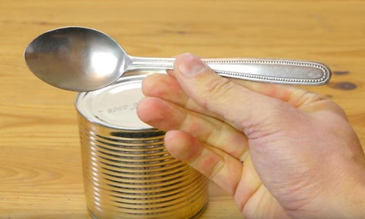 Ouvre-boîte porté disparu? Pas de panique... Vous avez simplement besoin d'une cuillère!
