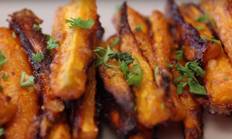 Frites de carottes au Parmesan... Wow! Croustillantes, caramélisées et tellement savoureuses
